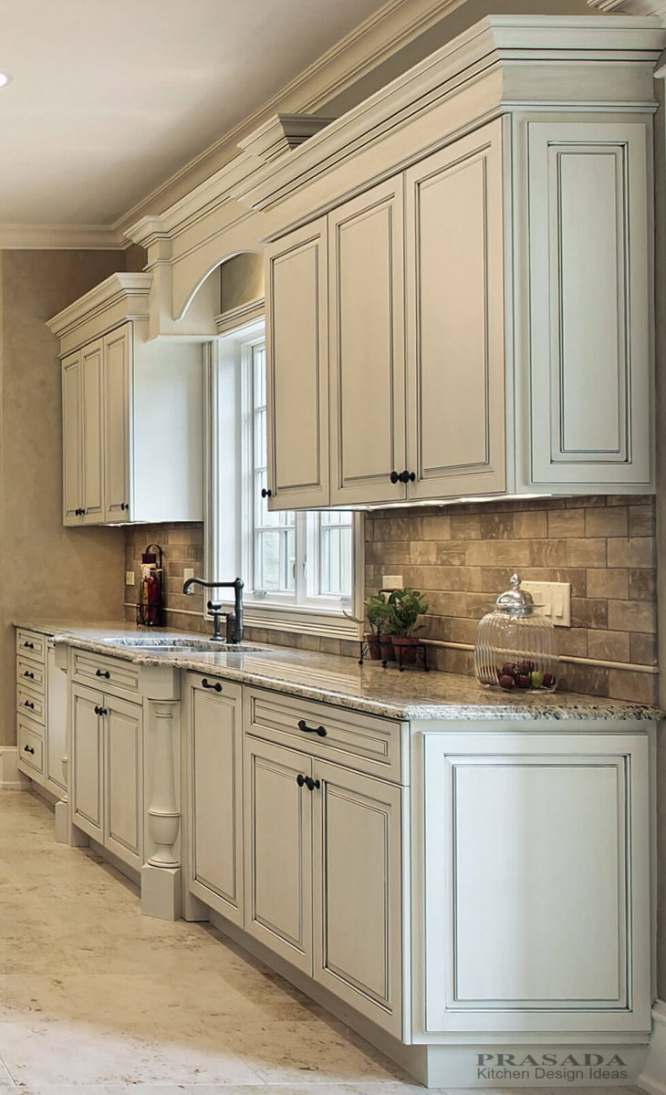 Antique_White_Kitchen_With_Backsplash