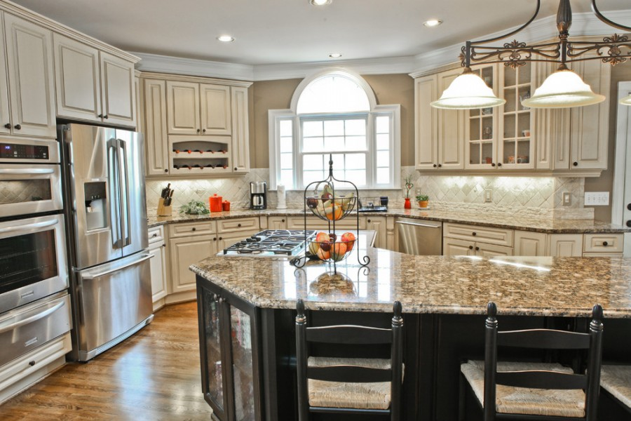 traditional_antique_white_kitchen_cabinets